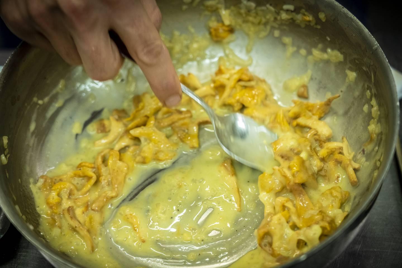 Blandingen av soppkraft og smør er magisk god.