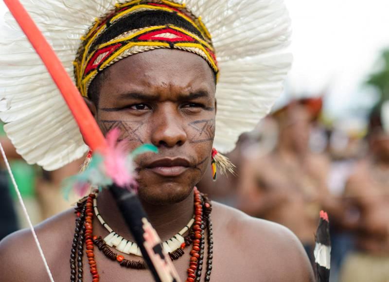Våren 2015 okkuperte urfolk fra hele Brasil området foran den brasilianske kongressen. Forsøk på dialog har pågått i lang tid, men stadig flere urfolksgrupper har begynt å organisere seg for å ta tilbake jorda de mener tilhører dem.