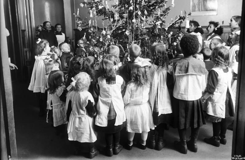 En runde eller to hørte med på juletrefest. Frelsesarmeens juletrefest i 1903. Foto: Wilse, Anders B. Oslo Museum
