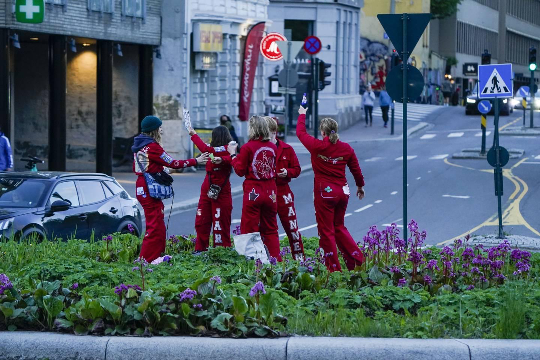 Russ fra Edvard Munch Videregående Skole satset på russeknute mens bilene rundt tutet velvillig på Alexander Kiellands plass i Oslo tidligere denne våren.