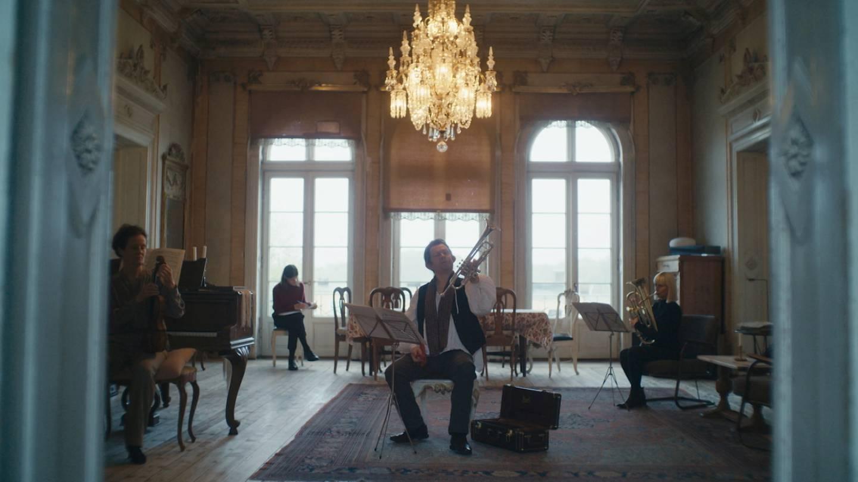 Trompetist Valentin kommer fra et møblert hjem med flygel.