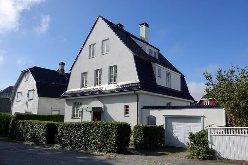 Denne villaen i Olav Nilssons gate ble først lagt ut med 15 millioner som prisantydning, og ble til slutt solgt for 11,875. Foto: Roy Storvik