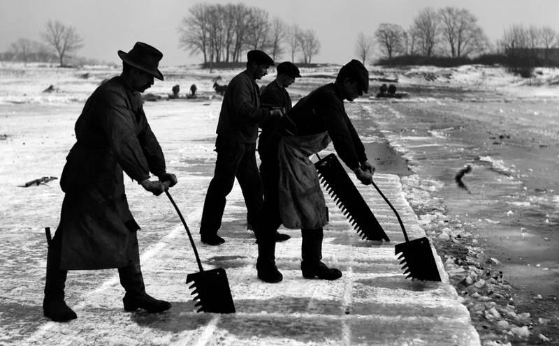 Isblokkene ble sagd ut med håndsager kalt svanser. Smestaddammen 1912. FOTO: ANDERS BEER WILSE/OSLO MUSEUM