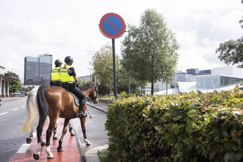Reportasje om rytterpolitiet.  Rytterpolitiet krysser over gata ved Operaen.   Denne som dobbeltspread med overskrift og intro til papir.