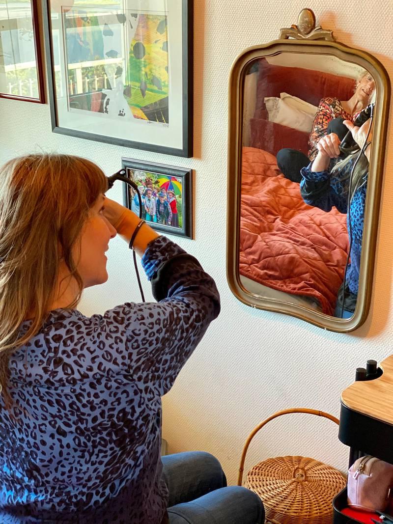 Trine har fått sitt eget rom hjemme hos Irene. – Her har jeg installert meg med de tingene som er viktigst for meg, sier Trine mens hun krøller håret.