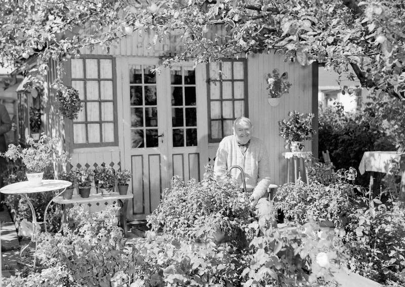 Kolonist Alfred Andersen fotografert i det «lokkende skjønne paradiset» på Etterstad i august 1953.