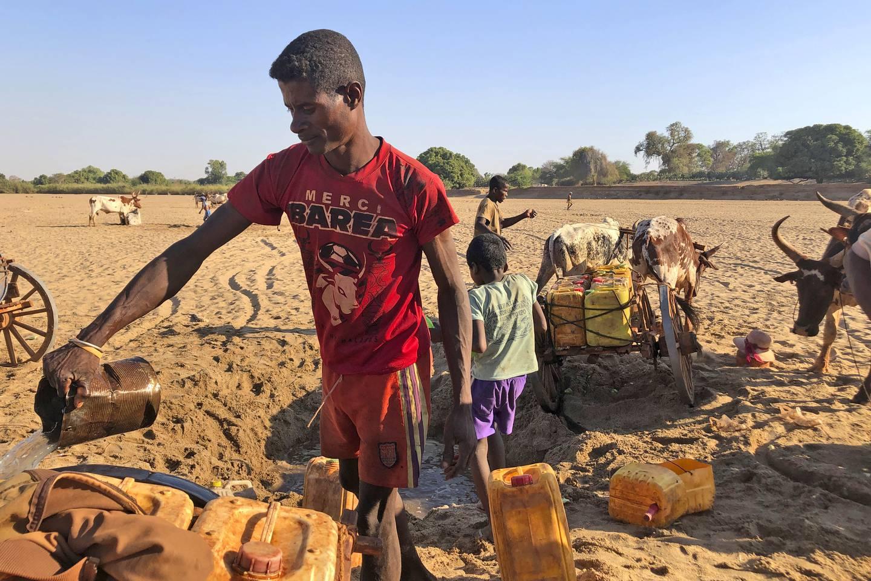 Menn graver etter vann i elva Mandrare på Madagaskar i november 2020.