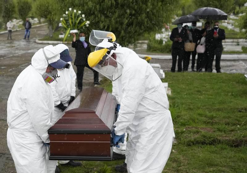 En variant av koronaviruset som først ble oppdaget i Colombia er satt opp på WHOs liste over varianter av interesse. Her fra en begravelse av en person som døde av covid-19 i Colombia i juni.