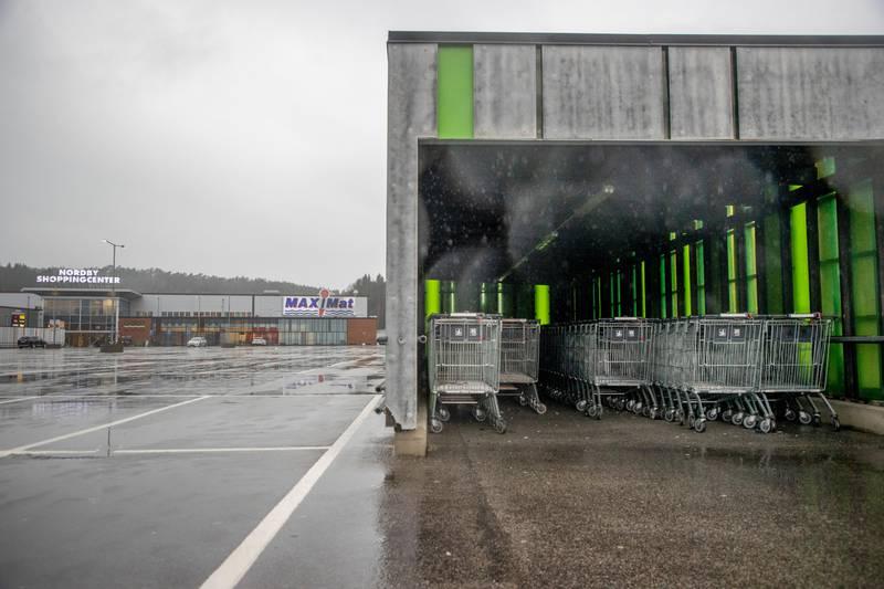 Strømstad, Sverige 20201202.  Nordby shoppingcenter i Strömstad ligger like ved grensen til Norge. Hit kommer mange nordmenn for å shoppe. Nå er det ikke mange kunder her. Foto: Adam Ihse / TT NYHETSBYRÅN / NTB