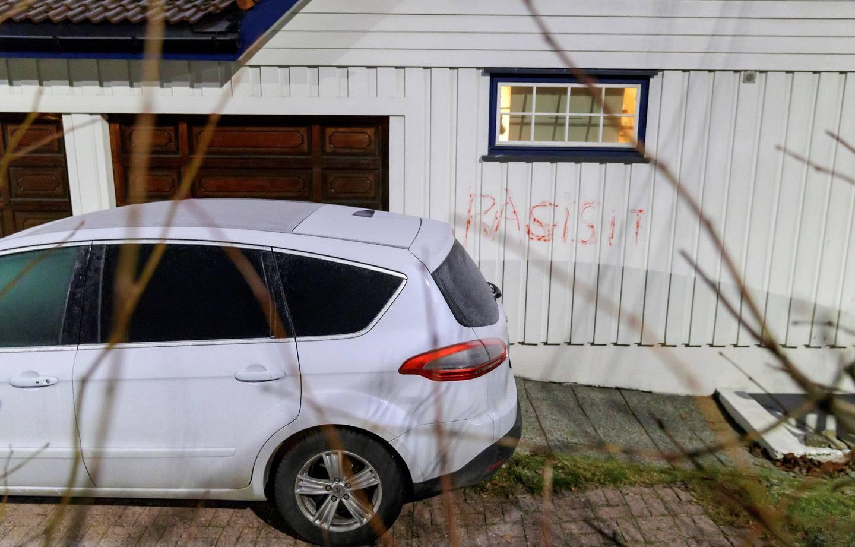 6. desember: Natt til torsdag 6. desember ble ordene «rasist» og det feilstavede «rasisit» tagget på en bil og på huset til justisminister Tor Mikkel    Wara. Foto: Cornelius Poppe/NTB scanpix