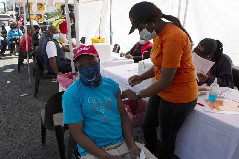 Alle over 18 kan få koronavaksine i Sør-Afrika nå. Her fra et vaksinesenter i Soweto.