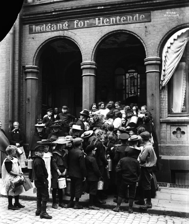 HENTET MAT, 1903: Det var ikke så lett å beregne hvor mye mat som ville bli solgt, så enkelte dager ga Dampkjøkkenet bort eller solgte «tiloversbleven mad» for en billig penge. Også veldedige organisasjoner fikk gratis mat for utdeling til fattige. FOTO: UKJENT PERSON/ OSLO MUSEUM