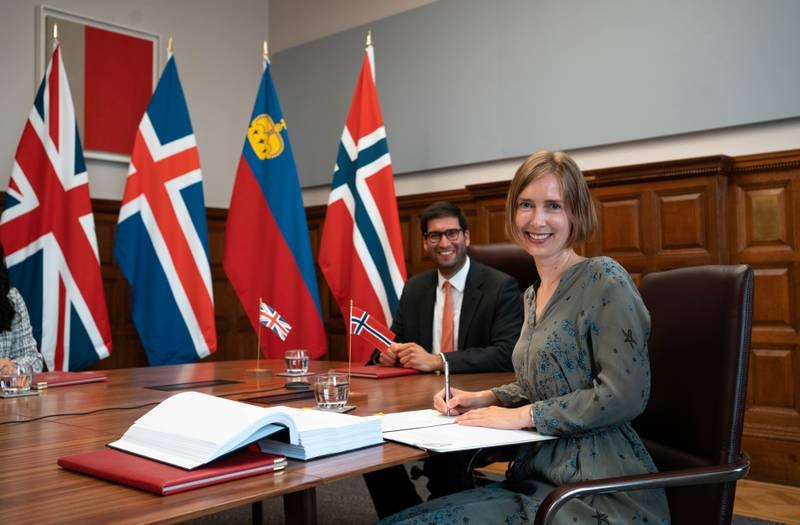 Frihandelsavtalen med Storbritannia ble undertegnet av Storbritannias juniorminister for internasjonal handel Ranil Jayawardena og næringsminister Iselin Nybø (V). Seremonien fant sted i Old Admiralty Building i Whitehall.