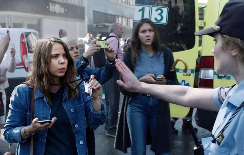 Journalist Anine Welsh (spilt av Alexandra Gjerpen)  i regjeringskvartalet i TV-serien «22. juli».                                      Foto: NRK
