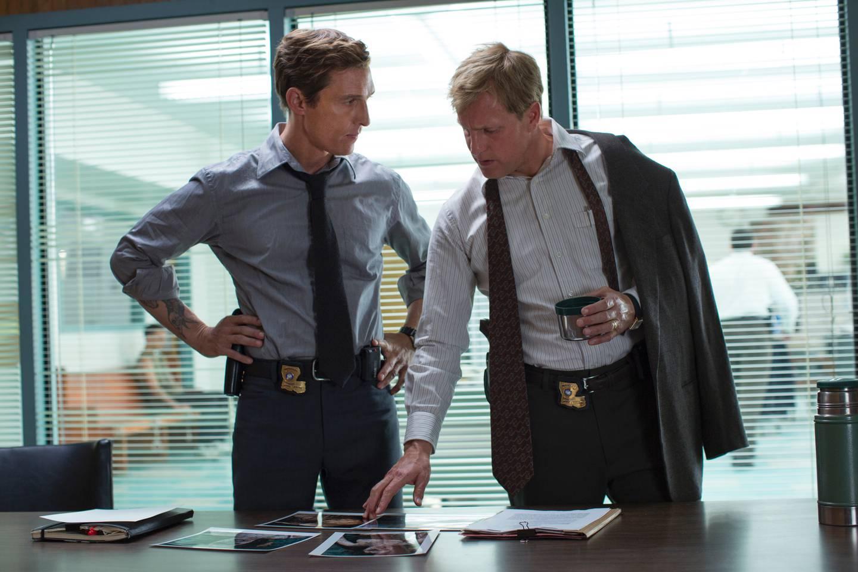 Matthew McConaughey (t.v.) og Woody Harrelson hadde hovedrollene i True Detective.