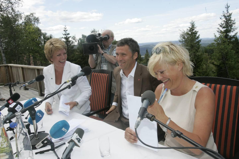 (F.v.:) Sp-leder Åslaug Haga, Ap-leder Jens Stoltenberg og SV-leder Kristin Halvorsen la i 2005 fram viktige politiske prioriteringer for det rødgrønne regjeringsalternativet.