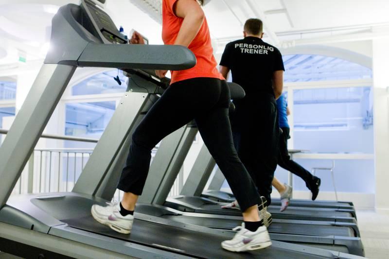 OSLO  20111229. KUN TIL REDAKSJONELL BRUK, OG VED POSITIV OMTALE. Trening på tredemølle under veiledning av personlig trener i Worlds Gym. Det er mange som har trening som nyttårforsett. Foto: Berit Roald / NTB