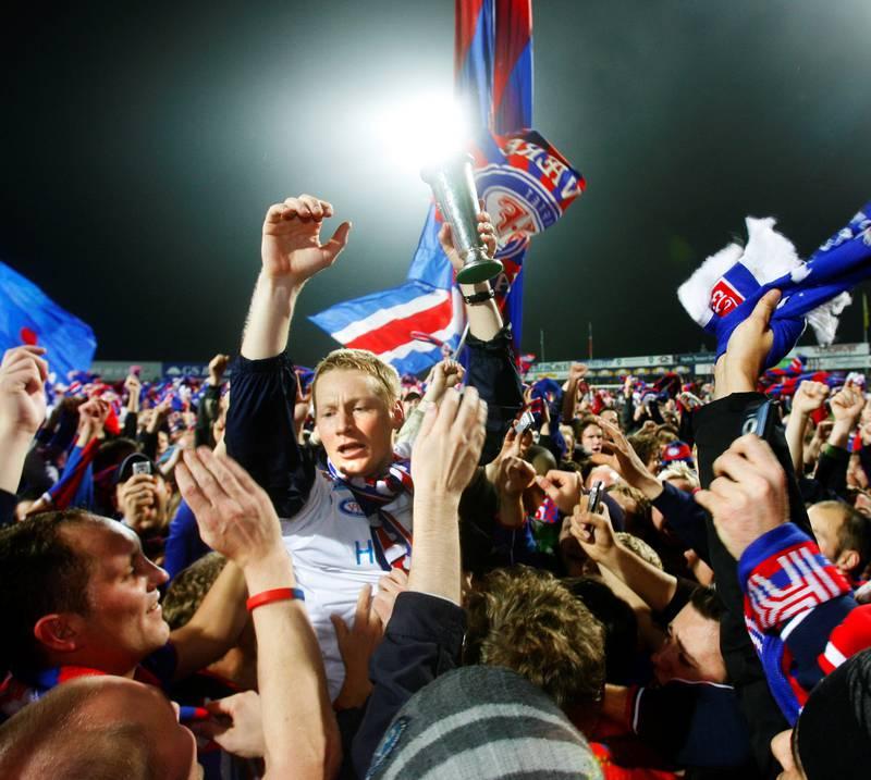 Vålerenga ble seriemestere i fotball etter å ha spilt 2–2 mot Odd Grenland på Odd stadion i Skien i oktober 2005. Her redder Tom Henning Hovi pokalen unna fansen som stormet banen. FOTO: ERLEND AAS/NTB SCANPIX