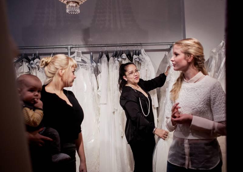 Cecilie Nilsen og Ida Johnsrud skal gifte seg og får hjelp til å finne kjole av brudestylist Sandra Calderon his Kristins Brudesalong. FOTO: HILDE UNOSEN