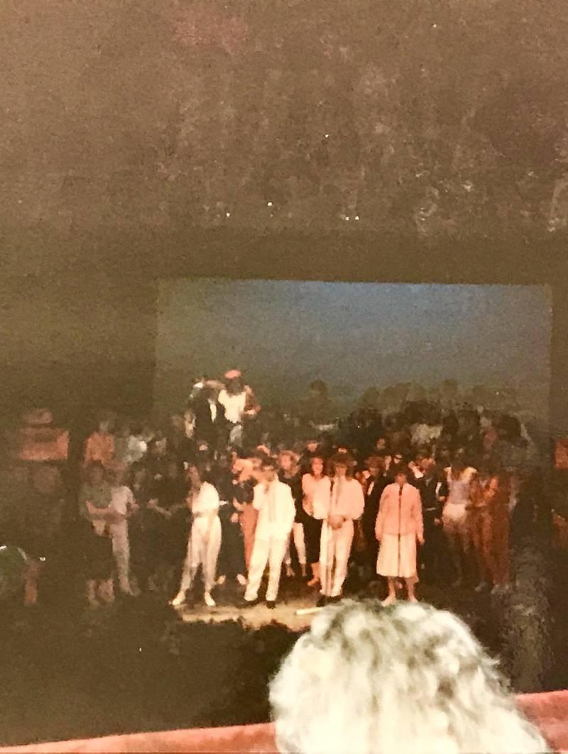 Russerevyen 1985: Elever fra St. Hallvard, Drammen og Handelsgym i herlig samspill.