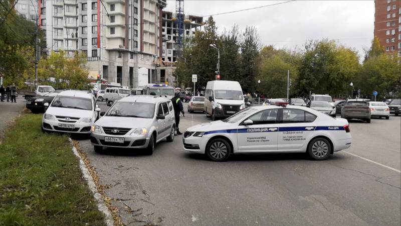 Russisk politi som blokkerer veien ved et universitet i Perm, hvor en person åpnet ild mandag morgen.
