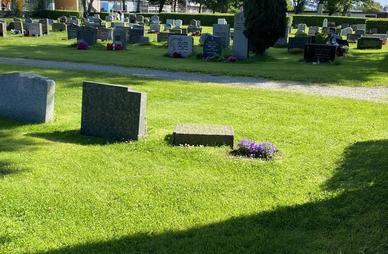Fem gravstøtter er veltet på kirkegården til Randaberg kirke. Hærverket ble meldt til politiet mandag formiddag.