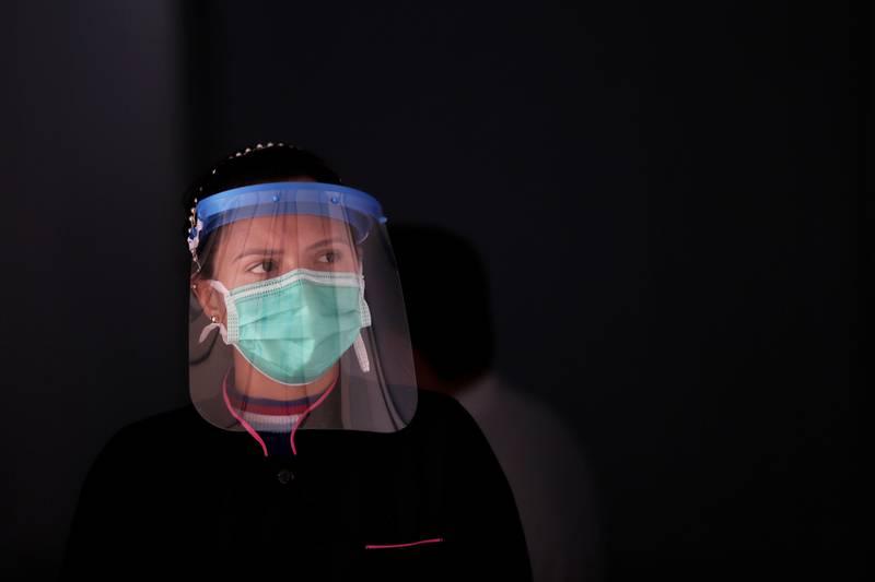 En helsearbeider bidrar med vaksinering i det fattige Cailandia-nabolaget i den brasilianske hovedstaden Brasilia. Foto: Eraldo Peres / AP / NTB