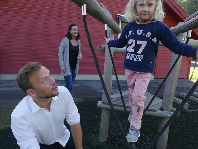PÅ BARNEHAGEBESØK: SV-leder Audun Lysbakken besøkte onsdag Smedhusåsen private barnehage i Rygge og tilbrakte tid sammen med barna, her med fem år gamle Nora som skal begynne på skolen neste år.