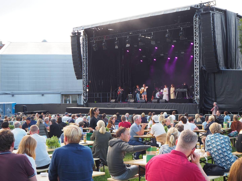 Signe Marie Rustad på scenen med bandet sitt.