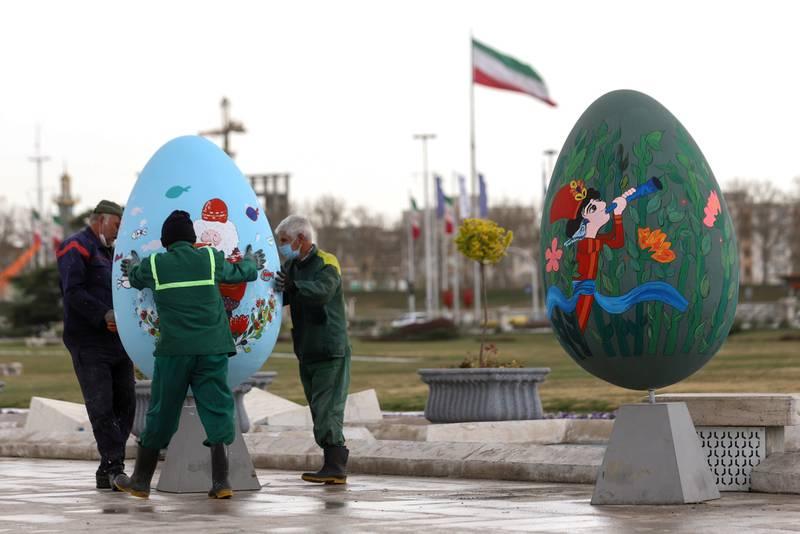 Iran forbereder seg på å feire iransk nyttår, Nowruz, i Tehran. Nowruz feires også i kurdiske områder og i Afghanistan lørdag.