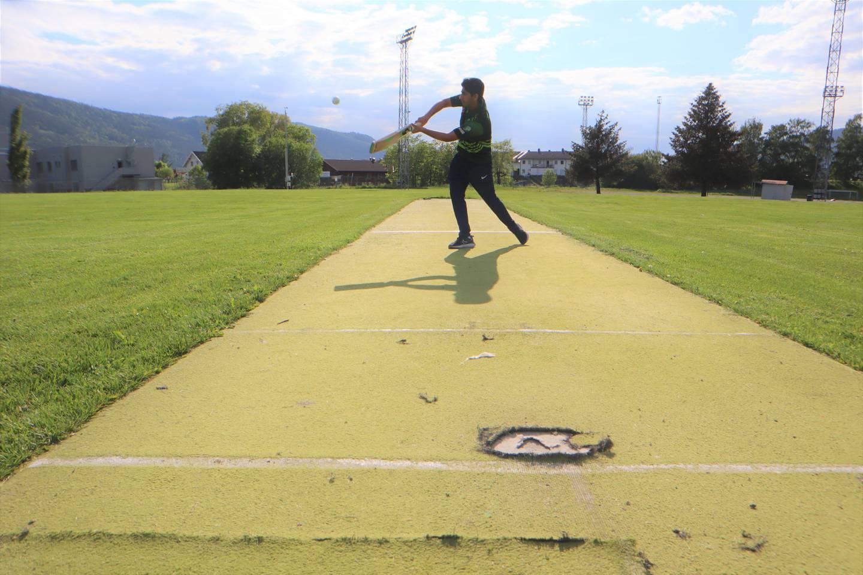 Cricketbane på Berskaug er ujevn og skaper flere farlige situasjoner.