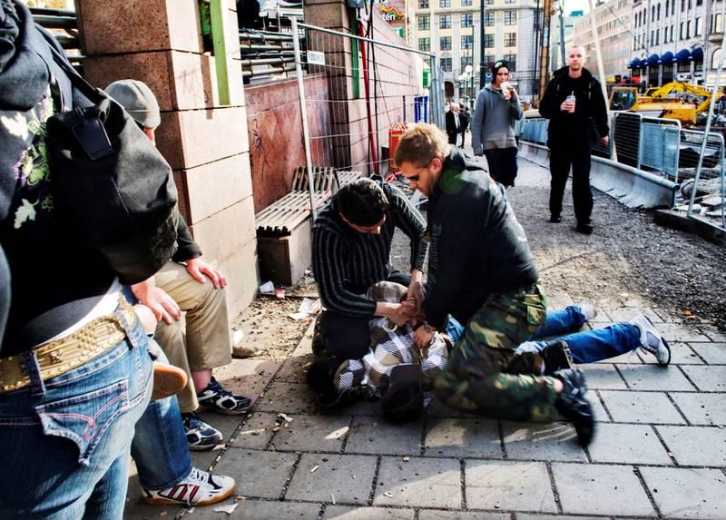 2003: En mann blir lagt i bakken av to sivilkledde politimenn, og siden ført bort.