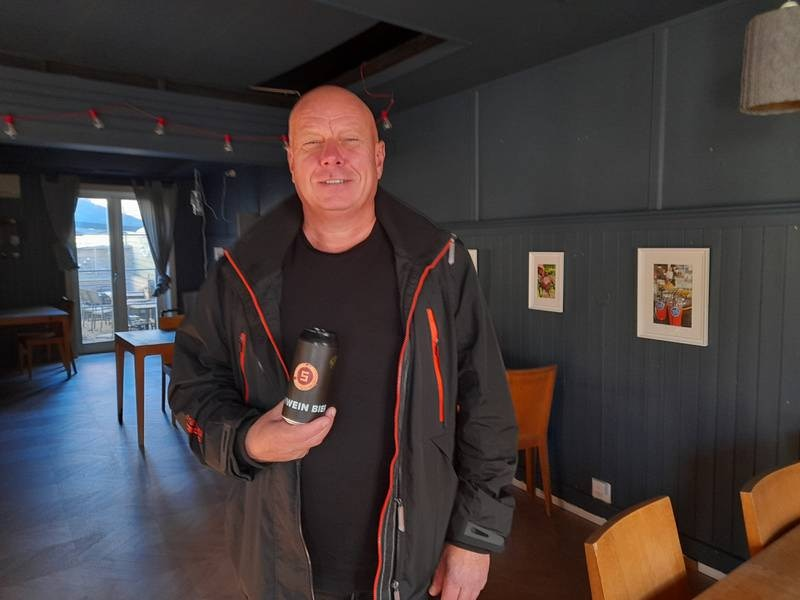 "Svein Solberg med det nyproduserte ølet ""schwein bier"" på mormors café i Gamlebyen"