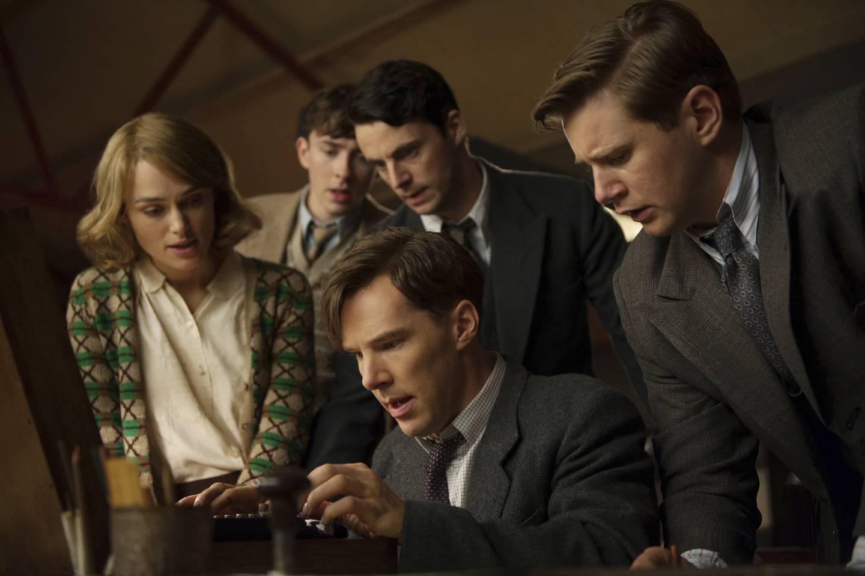 Scenebilde fra filmen «The Imitation Game». Fra venstre: Keira Knightley, Matthew Beard, Matthew Goode, Benedict Cumberbatch (som Alan Turing) og Allen Leech.