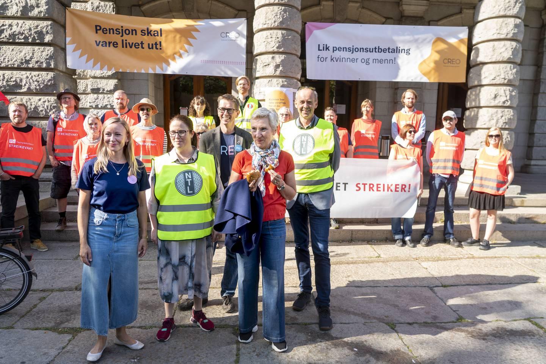 LO-leder Peggy Hessen Følsvik møter streikevakter ved Nationaltheatret 9. september, da streikende marsjerte gjennom Oslos gater. Foto: Terje Pedersen / NTB