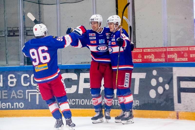 Thomas Olsen (til høyre) ble matchvinner med sin straffescoring lørdag.
