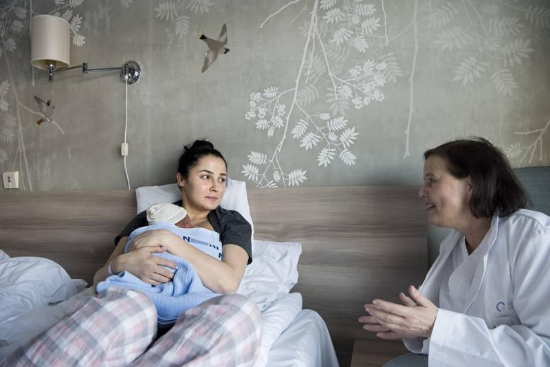 Lena Bitar med sin nyfødte sønn Ian Hashim på barselhotellet på Ullevål sykehus, sammen med lege Kristin Brække ved Barnemedisinsk avdeling.