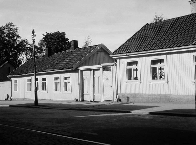 ORIGINALEN: Huset sto på gul liste og var regulert til bevaring. Det ble bygget i 1870-åra, og har vært både melkebutikk, kjøttbutikk og skomakerverksted.  FOTO: HARALD HUGO HALS/OSLO MUSEUM