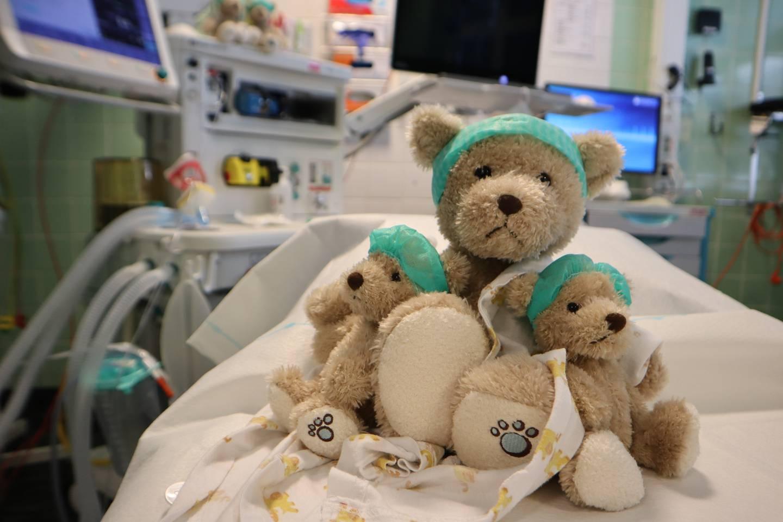Bamsen Drømmeliten ønsker å være en bamse som kan avlede og trøste barn som skal gjennomgå en operasjon ved Drammen sykehus.