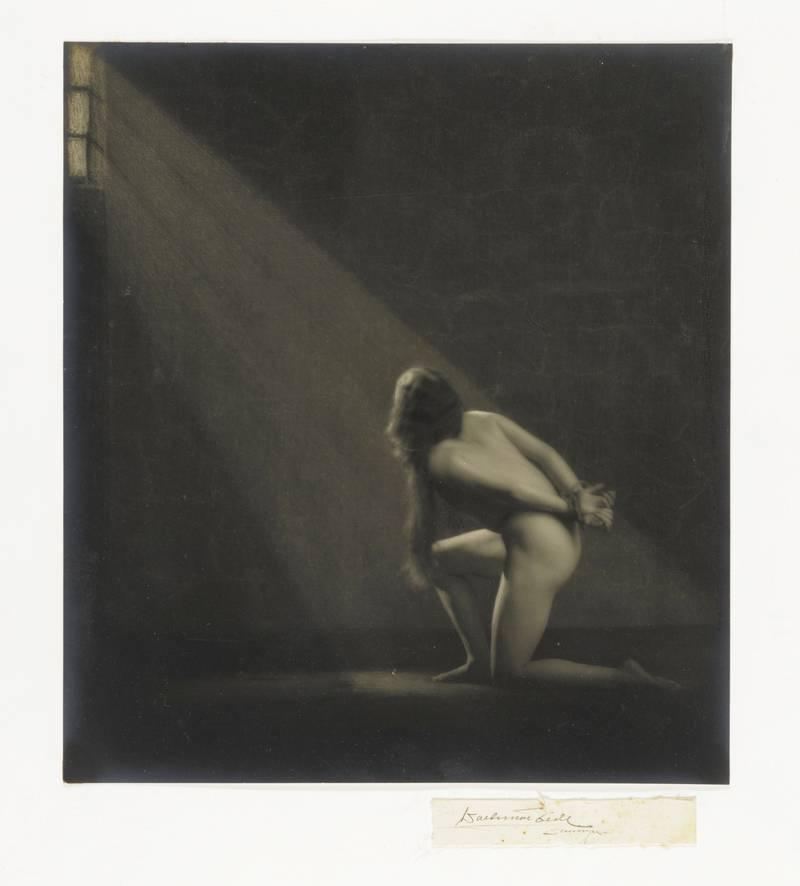 Waldemar Eide laget en rekke sjangerbilder med linjer bakover i kunsthistorien, som «Kvinneakt på kne med bakbundne hender» (ca. 1919).