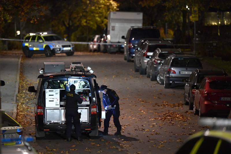 Politiets kriminalteknikere var raskt på plass etter at to personer ble skutt i Stockholm på tirsdag kveld. En mann i 40-årsalderen ble drept mens en 16 år gammel gutt ble alvorlig såret. Foto: Jessica Gow /TT NYHETSBYRÅN / NTB