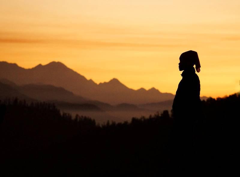 Se morgenen gry over noen av Himalayas vakreste 7000-meterstopper fra Poon Hill i Nepal.
