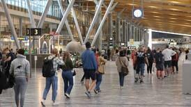 Fortsatt munnbindpåbud på Oslo lufthavn trass gjenåpning
