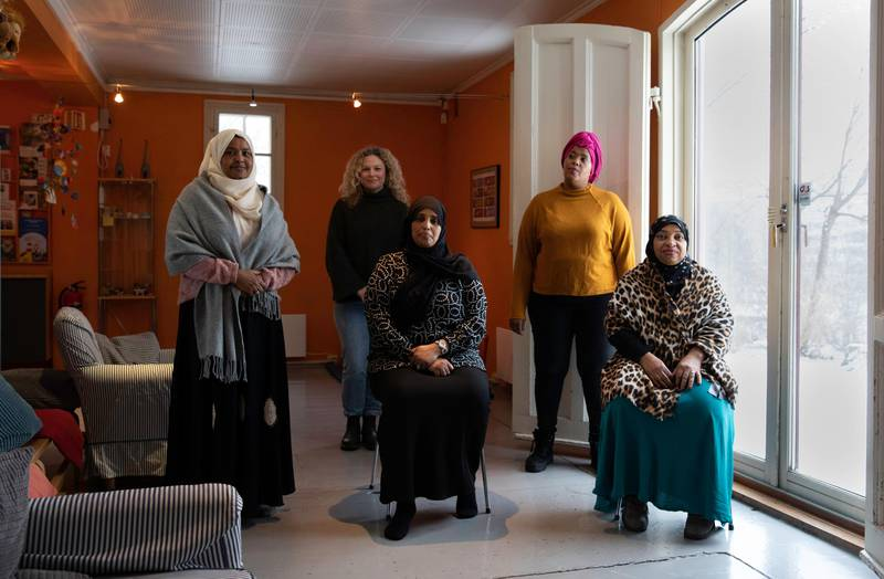 Har fått god hjelp fra Oslohjelpa: (f.v) Kin Abdi, Hibo Sharif og Zahra Hassan. Bak: Cathrin Dahl-Johansen Rama Jama.