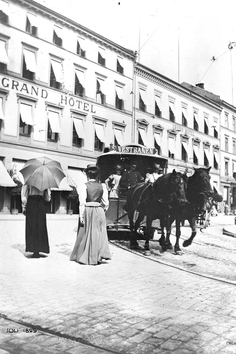 I 1898 begynte Kristiania Sporveisselskab å bruke to hester. Her kan det se ut som sporvognspassasjerer i kategorien «fine damer» fant det tryggest å oppholde seg nær kusken. Bildet er fra 1899, da hestesporveien sang på siste verset.