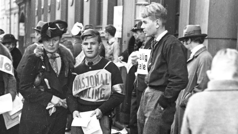 Listehærer fra NS under kommunevalget i 1937 (det siste frie valget før okkupasjonen i 1940). NS hadde liten oppslutning, men fikk stor makt bare tre år senere. Bildet er tatt utenfor Oslo KFUMs kontorer i Møllergata 1. FOTO: Arbeiderbevegelsens arkiv og bibliotek