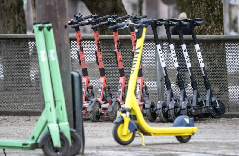 Illustrasjonsfoto: Bolt, Voi, Wind og Bird elsparkesykkler på gata i Oslo.