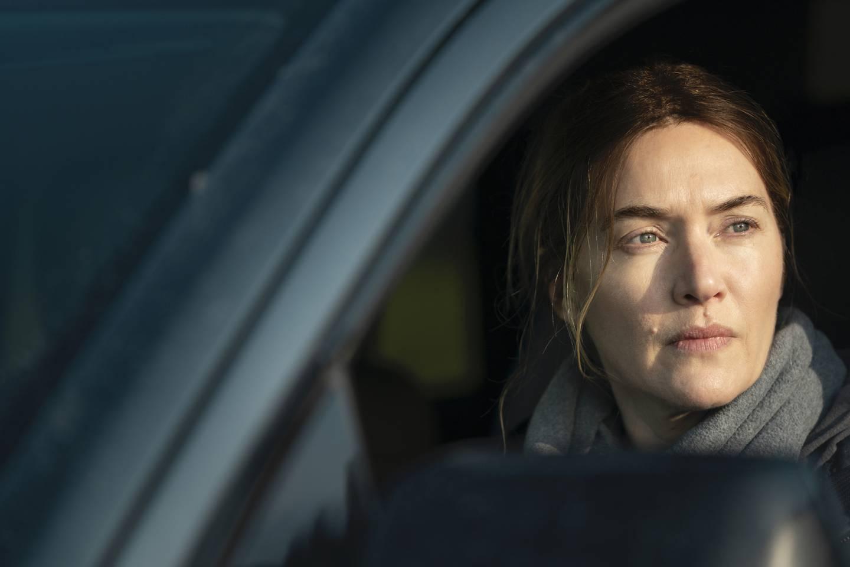 Bildet viser Kate Winslet som sitter i en bil i en scene fra serien «Mare of Easttown».