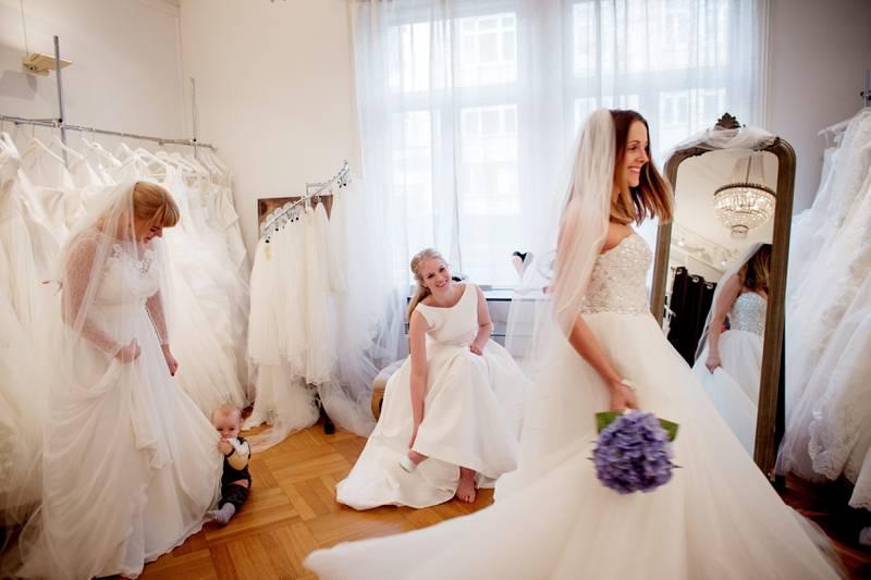 Venninnene Cecilie Nilsen, Ida Johnsrud og Anne Kjersti Suvdal prøver brudekjoler hos Kristins Brudesalong i Bygdøy Allé. FOTO: HILDE UNOSEN