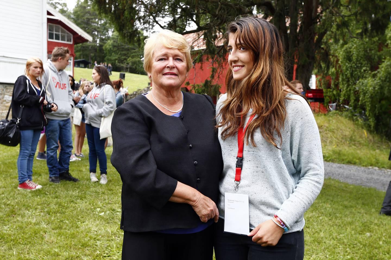 Tidligere statsminister Gro Harlem Brundtland sammen med Lara Rashid på Utøya.